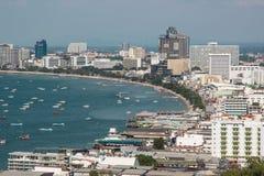 Pattaya-Stadt und viele Boote und Fähre im Meer Stockbilder