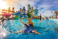PATTAYA, TAILÂNDIA - 29 de dezembro de 2014: Muito o viajante tem o divertimento dentro Foto de Stock Royalty Free