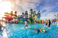 PATTAYA, TAILÂNDIA - 29 de dezembro de 2014: Muito o viajante tem o divertimento dentro Imagem de Stock