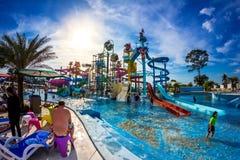 PATTAYA, TAILÂNDIA - 29 de dezembro de 2014: Muito o viajante tem o divertimento dentro Fotografia de Stock