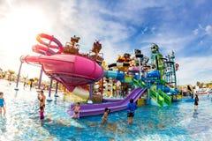PATTAYA, TAILÂNDIA - 29 de dezembro de 2014: Muito o viajante tem o divertimento dentro Foto de Stock