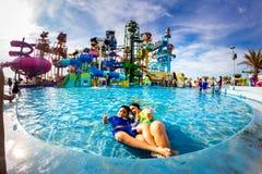 PATTAYA, TAILÂNDIA - 29 de dezembro de 2014: Muito o viajante tem o divertimento dentro Fotos de Stock