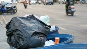 Pattaya, Tailândia - 16 de dezembro de 2017: A lata de lixo completa com os grandes sacos de lixo completamente do alimento e do  vídeos de arquivo