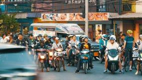 Pattaya, Tailândia - 20 de dezembro de 2017: Tráfego asiático enorme na rua Um grande número motobikes estão estando no filme