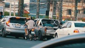 Pattaya, Tailândia - 20 de dezembro de 2017: Tráfego asiático enorme na rua Um grande número velomotor, carros, caminhões filme