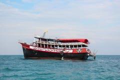 PATTAYA, TAILÂNDIA - 2 de janeiro de 2012: O navio do turista leva turistas em uma ilha tropical, Tailândia, PATTAYA o 2 de janei Fotografia de Stock Royalty Free