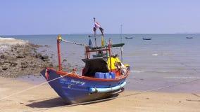 Pattaya, Tailândia - 15 de maio de 2019: O barco tailandês do pescador está na praia contra um céu azul video estoque