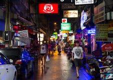 PATTAYA, TAILÂNDIA - 12 DE OUTUBRO DE 2016: Rua aglomerada da noite completamente Imagem de Stock
