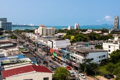 Pattaya, Tailândia, 17 03 2013 Foto do telhado da peça do hotel da cidade que negligencia o porto e o mar Foto de Stock