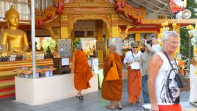 PATTAYA, TAILÂNDIA - 18 de dezembro de 2017: As monges e os turistas andam ao longo do grande monte complexo budista da Buda vídeos de arquivo