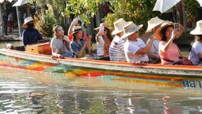 PATTAYA, TAILÂNDIA - 18 de dezembro de 2017: O grande grupo de turistas nada ao longo do rio em barcos que visitam as vistas do vídeos de arquivo