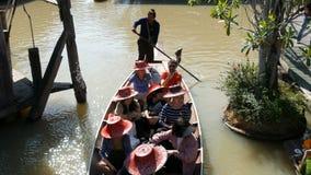 PATTAYA, TAILÂNDIA - 18 de dezembro de 2017: Os turistas diferentes vão esporte de barco em um rio marrom em Pattaya no mercado d video estoque