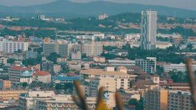 PATTAYA, TAILÂNDIA - 7 de fevereiro de 2018: Prédios em Pattaya opinião dos hotéis, dos condomínios e das casas do Multi-andar vídeos de arquivo