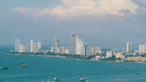 PATTAYA, TAILÂNDIA - 7 de fevereiro de 2018: Vista do mar do Sul da China do golfo em Pattaya Os vários navios estão na baía do m vídeos de arquivo