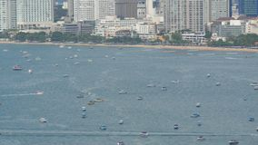 PATTAYA, TAILÂNDIA - 7 de fevereiro de 2018: Vista do mar do Sul da China do golfo em Pattaya Os vários navios estão na baía do m filme