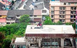PATTAYA, TAILÂNDIA - 21 DE NOVEMBRO: Os trabalhadores da construção tomam um Br imagens de stock royalty free