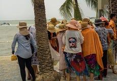 PATTAYA, TAILANDIA - APRILE 16,2018: I turisti della spiaggia, particolarmente gruppi dalla Cina, si rilassano e nuotano là fotografia stock