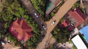 Pattaya, Tailandia - 2 de abril de 2019: Vista superior de calles y de caminos inundados después de la lluvia tropical almacen de video
