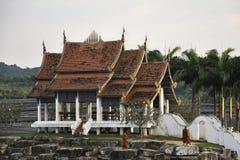Pattaya, Tailandia - 3 de diciembre de 2012: la pagoda en la puesta del sol de la tarde y los monjes budistas Foto de archivo