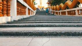 PATTAYA, TAILANDIA - 18 de diciembre de 2017: Turistas que visitan la colina grande de Buda, un lugar atractivo Una imagen enorme metrajes