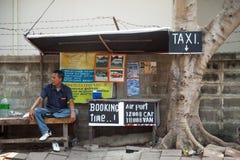 PATTAYA, TAILANDIA - 22 DE MARZO DE 2016: Clientes que esperan del taxista tailandés para al lado del anuncio Fotografía de archivo