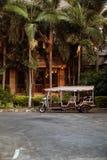 Pattaya, Tailandia - 22 de marzo de 2016: Turistas del pasajero del conductor de coche del tuk-tuk del hotel que esperan para Tre Fotografía de archivo