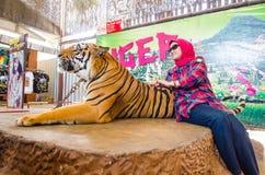 Pattaya, Tailandia:  Demostración del tigre. Fotografía de archivo