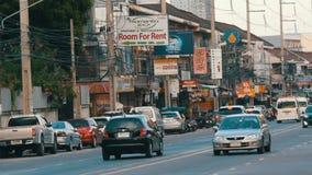 PATTAYA, TAILANDIA - 16 DICEMBRE 2017: Grande numero delle automobili, motobikes, minibus Il movimento di trasporto urbano sopra archivi video