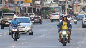 PATTAYA, TAILANDIA - 16 DICEMBRE 2017: Grande numero delle automobili, motobikes, minibus Il movimento di trasporto urbano sopra video d archivio