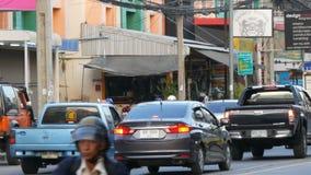 PATTAYA, TAILANDIA - 16 DICEMBRE 2017: Grande numero delle automobili, motobikes, minibus Il movimento di trasporto urbano sopra stock footage