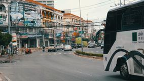 PATTAYA, TAILANDIA - 16 DICEMBRE 2017: Il movimento di trasporto urbano sulla via asiatica tipica agitantesi grande video d archivio