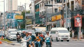 PATTAYA, TAILANDIA - 16 DICEMBRE 2017: Il movimento di trasporto urbano sulla via asiatica tipica agitantesi grande stock footage