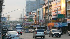 PATTAYA, TAILANDIA - 16 DICEMBRE 2017: Il movimento di trasporto urbano sulla via asiatica tipica agitantesi grande archivi video