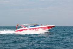 PATTAYA, TAILANDIA - 2 gennaio 2012: La barca della velocità porta i turisti su un'isola tropicale durante il safari del mare di  Immagini Stock Libere da Diritti