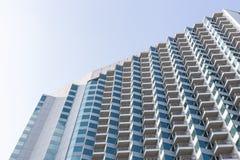 PATTAYA, TAILANDIA - 4 MAGGIO 2016: Alta costruzione moderna dell'hotel sopra Immagine Stock