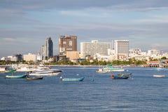 Pattaya, Tailandia - 08 22 2015: Panorama de Pattaya, de Tailandia con la bahía y de los barcos en la puesta del sol Fotografía de archivo libre de regalías