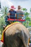 Pattaya, Tailandia: Turistas que montan el elefante Imagenes de archivo