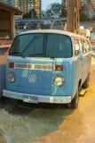 Pattaya, Tailandia, 03 25 2013 Vecchio minibus di Volkswagen sulla via di Pattaya fotografie stock