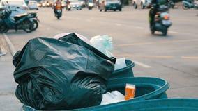 Pattaya Tajlandia, Grudzień, - 16, 2017: Pełny pojemnik na śmiecie z wielkimi torba na śmiecie pełno pozostawiony jedzenie i odpa zbiory wideo
