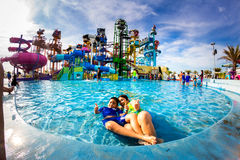 PATTAYA TAJLANDIA, Grudzień, - 29, 2014: Wiele podróżnik zabawę wewnątrz zdjęcia stock