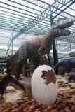 PATTAYA TAJLANDIA, KWIECIEŃ, - 24, 2019: Turystycznej wizyty dinosaura gigantyczna dolina przy Nong Nooch ogródem fotografia stock