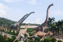 PATTAYA TAJLANDIA, KWIECIE?, - 24, 2019: Turystycznej wizyty dinosaura gigantyczna dolina przy Nong Nooch ogr?dem zdjęcie royalty free