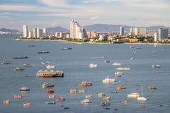 Pattaya, Tajlandia - 08 22 2015: Linia horyzontu Pattaya, Tajlandia z zatoką i łodziami Obraz Stock