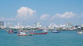 Pattaya, Thaïlande - 6 avril 2016 : Voile de ferrys-boat et de bateau de pêche dans la mer, la ville du centre se reliante de Pat Images stock
