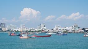 Pattaya, Thaïlande - 6 avril 2016 : Voile de ferrys-boat et de bateau de pêche dans la mer, la ville du centre se reliante de Pat Photographie stock