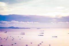 Pattaya, Thailand - April 30, 2019: partij van schip of boot op de overzeese oceaan van de baai en de stad van Pattaya in Thailan stock afbeeldingen
