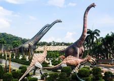 PATTAYA, THAILAND - APRIL 24, 2019: Reuze de dinosaurusvallei van het toeristenbezoek bij de Tuin van Nong Nooch royalty-vrije stock afbeeldingen
