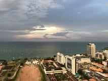 Pattaya, Thailand, de zomer van 2018, Zonsondergang dichtbij overzees stock afbeelding