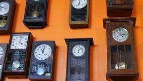 PATTAYA, THAILAND - DECEMBER 23, 2017: Velen verschillende klok op muur Oude antieke antieke uitstekende klok stock videobeelden