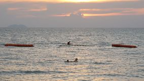 PATTAYA, THAILAND, am 14. Dezember 2017: schöne Ansicht des Südchinesisches Meers, in dem Leute und Rest Sonnenuntergang auf bade stock video footage